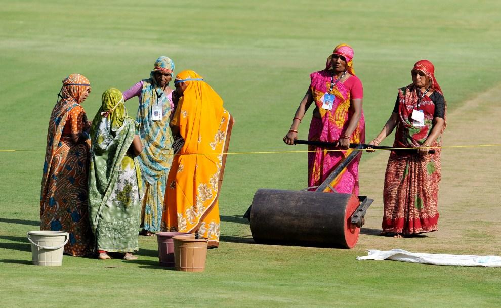 4. INDIE, Ahmedabad, 19 lutego 2011: Kobiety pracujące przy utrzymaniu nawierzchni na Sardar Patel Gujarat Stadium. AFP PHOTO/William WEST
