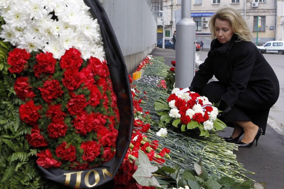 4. ROSJA, Moskwa, 10 kwietnia 2011: Żona prezydenta Rosji, Swietłana Miedwiediewa, składa kwiaty przed Polską ambasadą w Moskwie.   AFP PHOTO /RIA NOVOSTI / KREMLIN POOL /   DMITRY ASTAKHOV