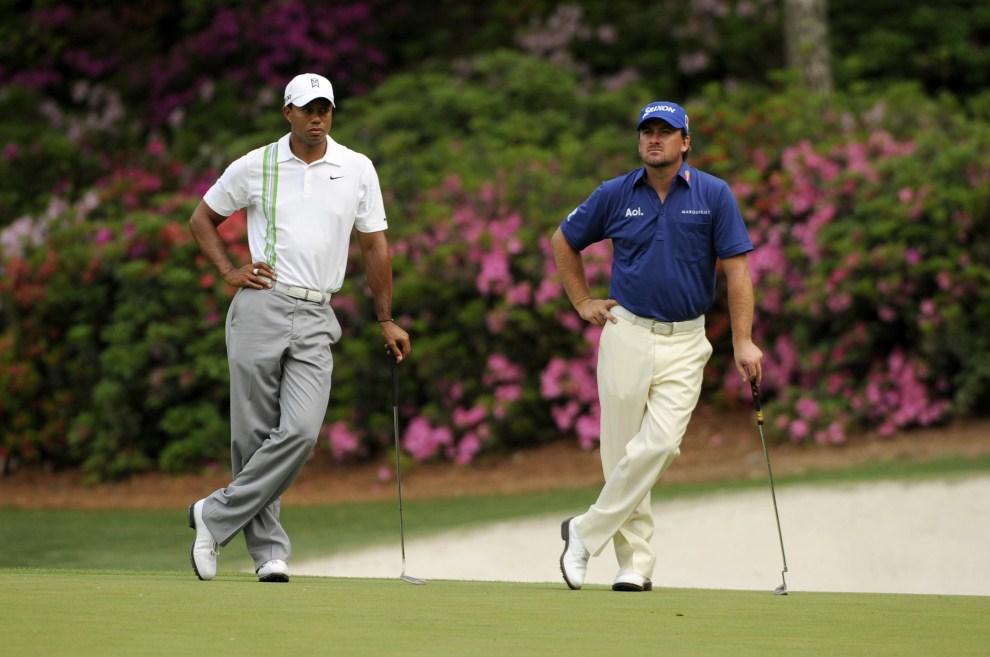 4. USA, Augusta, 8 kwietnia 2011: Tiger Woods(po lewej) i Graeme McDowell (po prawej) przy trzynastym dołku zawodów w Augusta National Golf Club. AFP PHOTO / Timothy A.   CLARY
