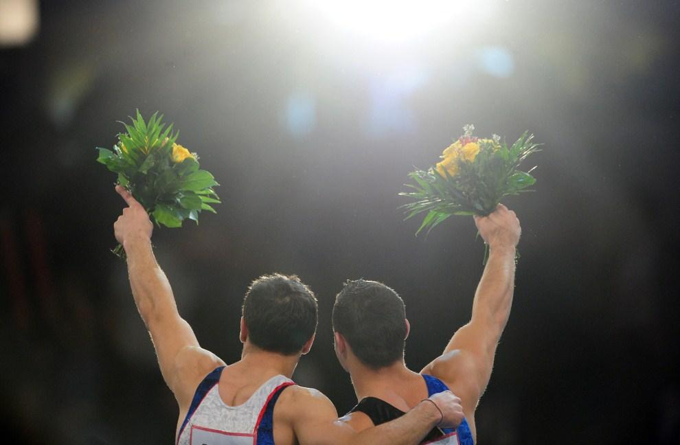 5. NIEMCY, Berlin, 10 kwietnia 2011: Francuzi Samir Ait Said (po lewej, srebrny medal) i Thomas Bouhail (po prawej, złoty medal) cieszą się z wywalczenia podium na   Mistrzostwach Europy w Gimnastyce Sportowe. AFP PHOTO / JOHANNES EISELE