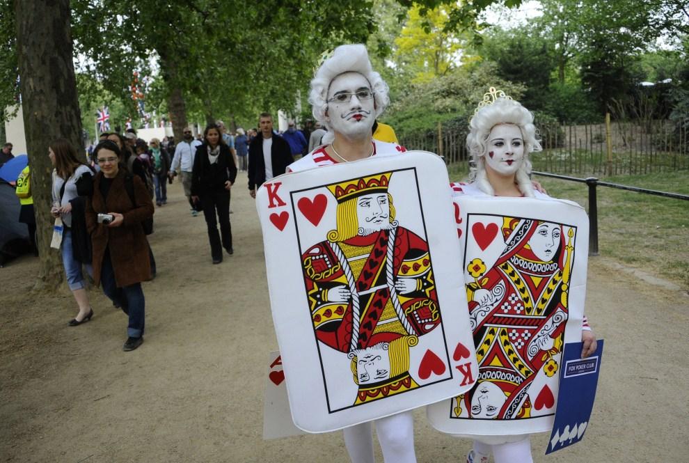 5. WIELKA BRYTANIA, Londyn, 28 kwietnia 2011: Widzowie w strojach króla i królowej kier. AFP PHOTO/ PIERRE-PHILIPPE MARCOU