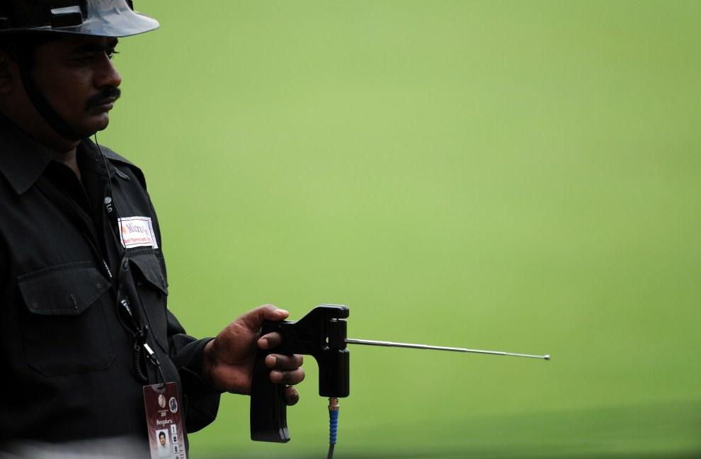 5. INDIE, Bangalore, 25 lutego 2011: Funkcjonariusz służb bezpieczeństwa z urządzeniem do wykrywania ładunków wybuchowych. AFP PHOTO/Indranil MUKHERJEE