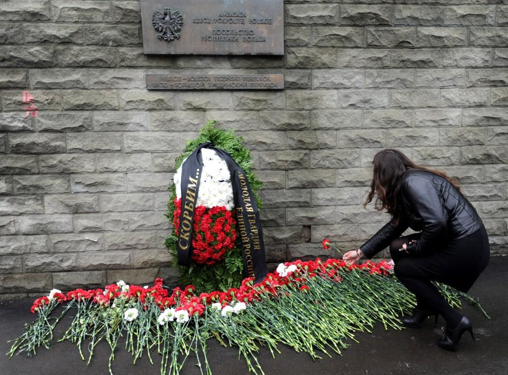 5. ROSJA, Moskwa, 10 kwietnia 2011: Kobieta składa kwiaty przed Polską ambasadą w Moskwie. AFP PHOTO / ANDREY SMIRNOV