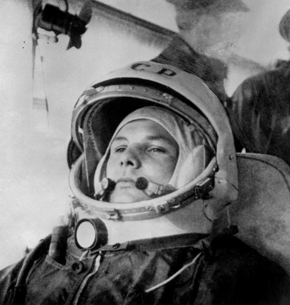 5. ZSRR, Bajkonur, 12 kwietnia 1961: Jurij Gagarin przygotowuje się do wejścia na pokład statku kosmicznego typu Wostok. AFP