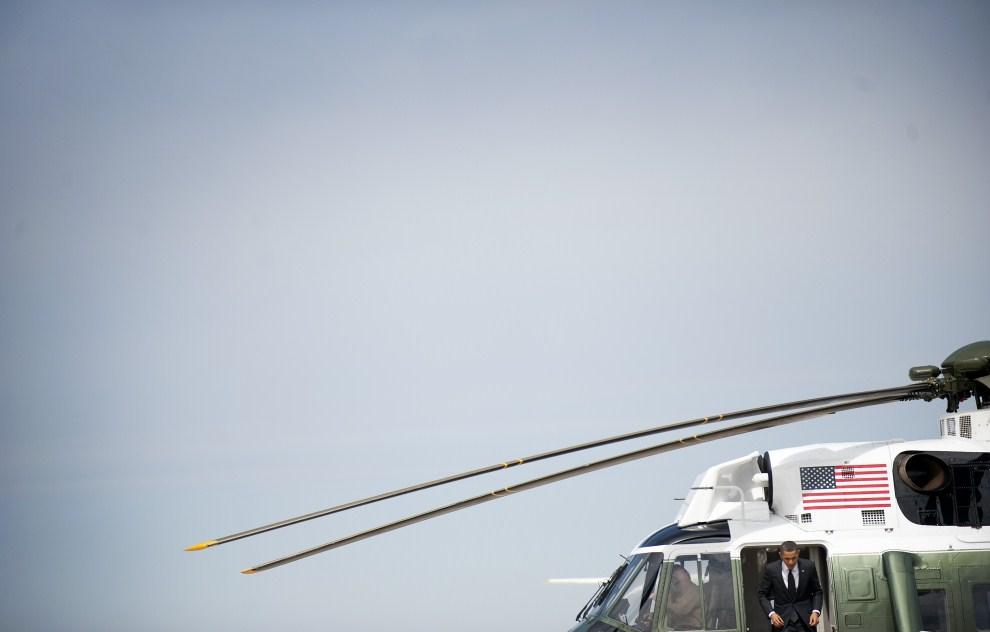 5. USA, Baza Lotnicza Andrews, 29 marca 2011: Barack Obama schodzi z pokładu śmigłowca w trakcie podróży do Nowego Jorku. AFP PHOTO/Jim WATSON