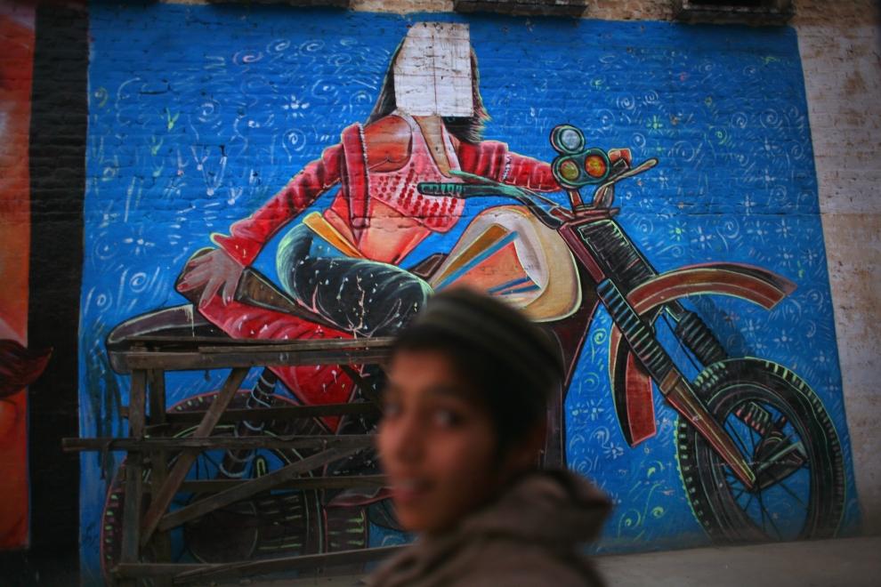 5. PAKISTAN, Mingora, 18 listopad 2007: Mural na ścianie kina z zasłoniętą twarzą pozującej aktorki. (Foto: John Moore/Getty Images)