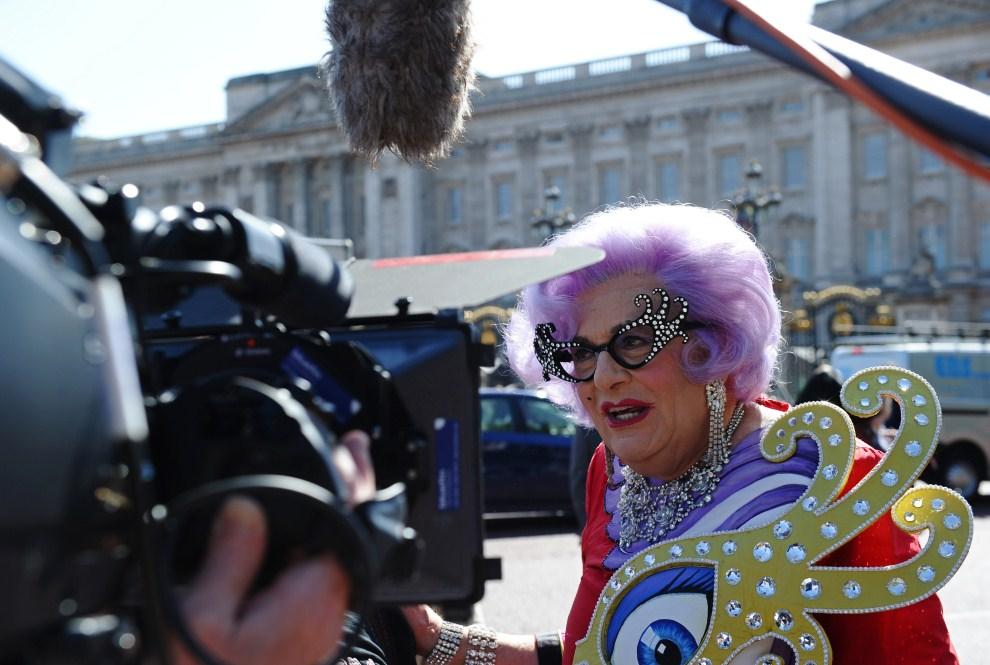 6. WIELKA BRYTANIA, Londyn, 28 kwietnia 2011: Ekipa Australijskiej telewizji przed Pałacem Australian television personality Barry Humphries, also known as 'Dame Edna   Everage' Buckingham. AFP PHOTO/PAUL ELLIS