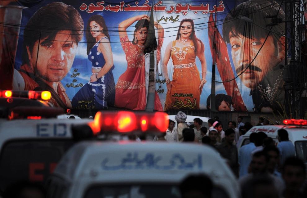 6. PAKISTAN, Peszawar, 22 maja 2009: Policja i tłum gapiów przed kinem, gdzie eksplodował samochód pułapka. AFP PHOTO/Tariq MAHMOOD