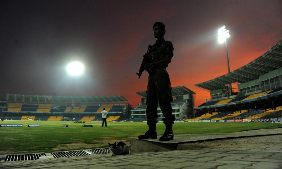 6. SRI LANKA, Colombo, 13 lutego 2011: Poilcjant z oddziałów specjalnych na stadionie R. Premadasa. AFP PHOTO/Ishara S. KODIKARA