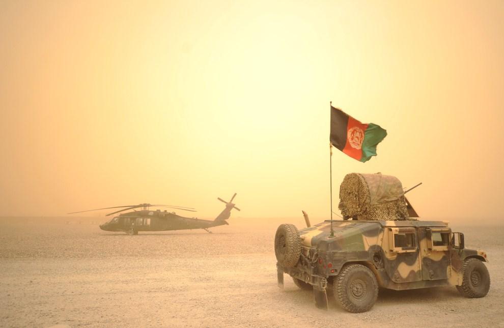 6. AFGANISTAN, Kandahar, 27 marca 2011: Afgański Humvee mija helikopter Blackhawk należący do Kompanii Alpha armii amerykańskiej. AFP PHOTO/Peter PARKS