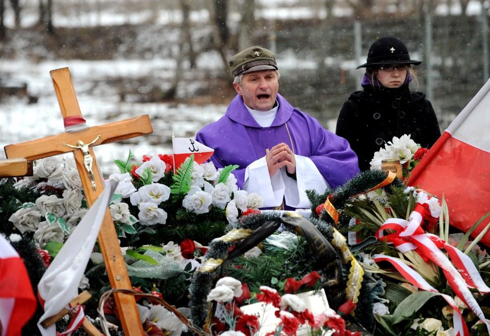 6. ROSJA, Smoleńsk, 10 kwietnia 2011: Msza odprawiana w intencji ofiar katastrofy lotniczej. AFP PHOTO / NATALIA KOLESNIKOVAP PHOTO / NATALIA KOLESNIKOVA