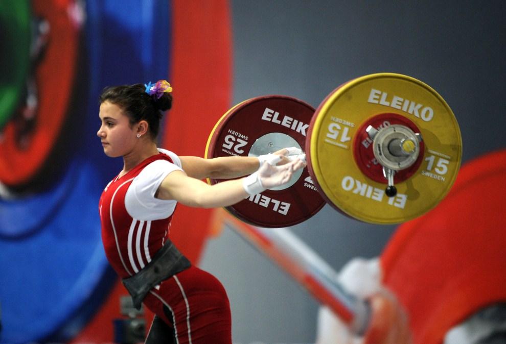 6. ROSJA, Kazań, 12 kwietnia 2011: Turczynka Aysegul Coban podczas startu na zawodach w Kazaniu. AFP PHOTO / DMITRY KOSTYUKOV