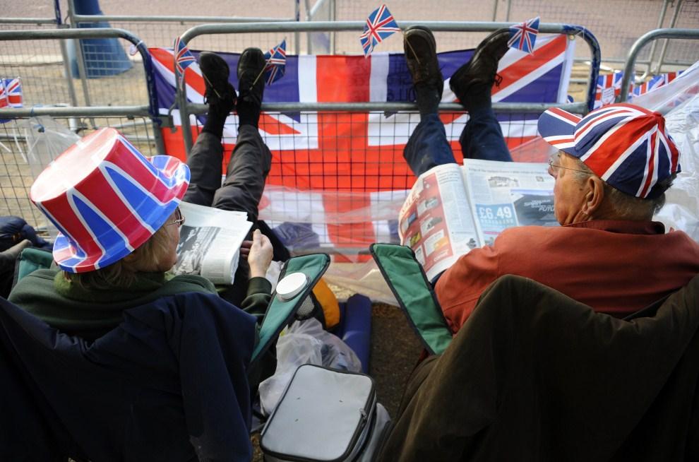 7. WIELKA BRYTANIA, Londyn, 28 kwietnia 2011: Widzowie przy trasie przejazdu orszaku królewskiego. AFP PHOTO/ PIERRE-PHILIPPE MARCOU