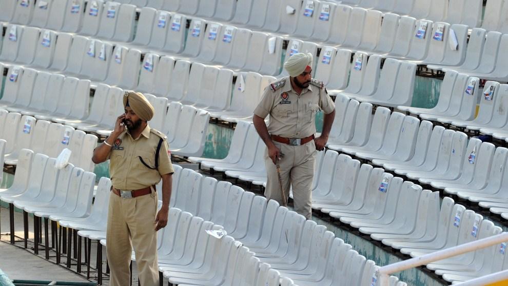 7. INDIE, Mohali, 27 marca 2011: Funkcjonariusze służby bezpieczeństwa sprawdzają trybuny. AFP PHOTO / Prakash SINGH