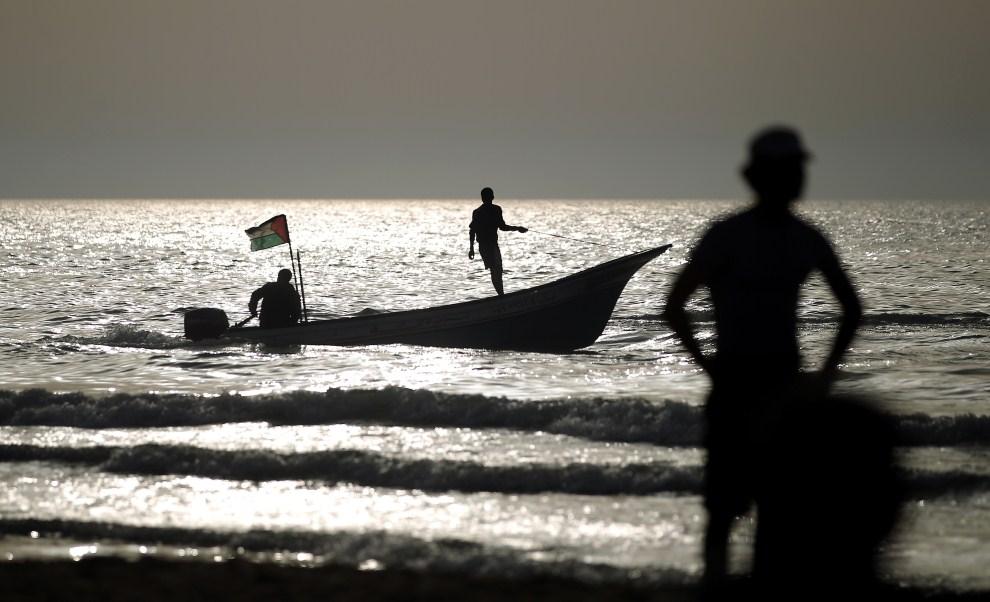 7. STREFA GAZY, 1 kwietnia 2011: Palestyńska motorówka odbija od brzegu w Strefie Gazy. AFP PHOTO / THOMAS COEX