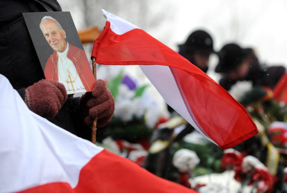 7. ROSJA, Smoleńsk, 10 kwietnia 2011: Kobieta z fotografią Jana Pawła II w pobliżu miejsca katastrofy. AFP PHOTO / NATALIA KOLESNIKOVA