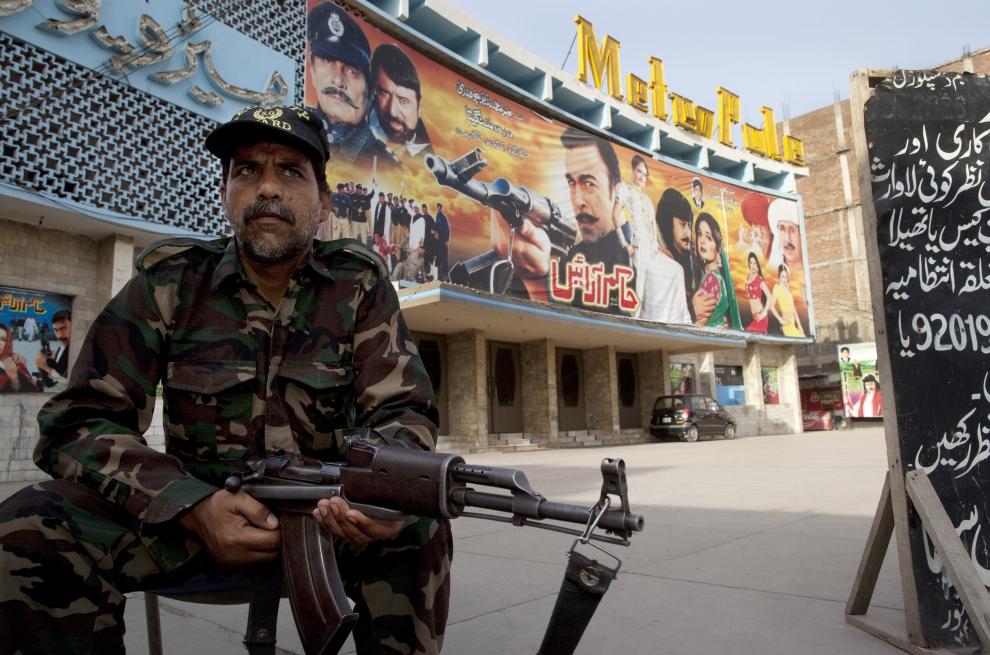 7. PAKISTAN, Lahore, 14 czerwca 2009: Ochroniarz przed wejściem do kina Metropole. (Foto: Paula Bronstein/Getty Images)