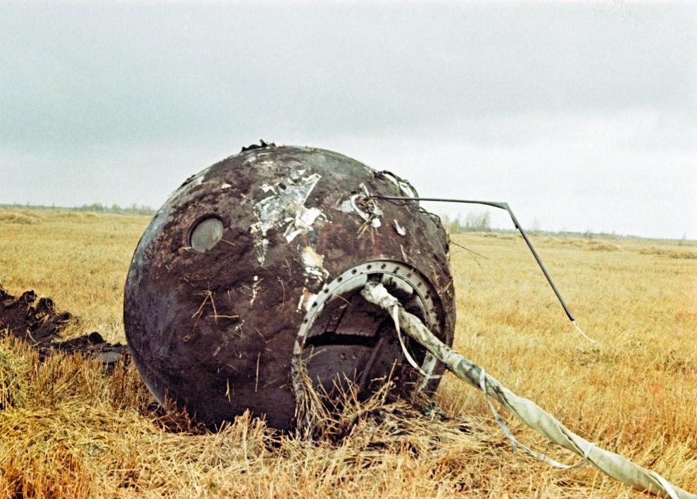 8. ZSRR, Saratów, 12 kwietnia 1961: Kapsuła powrotna Wostok 1, która osiadła w pobliżu Saratowa. AFP PHOTO RIA NOVOSTI