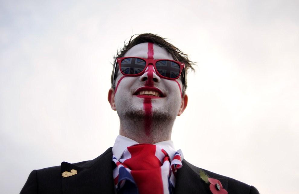 8. WIELKA BRYTANIA, Londyn, 29 kwietnia 2011: Mężczyzna czekający na przejazd orszaku. AFP PHOTO / CARL COURT