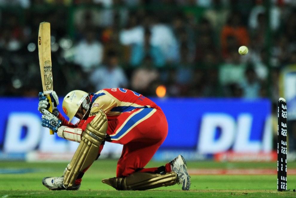 8. INDIE, Bangalore, 12 kwietnia 2011: Tillakaratne Dilshan stara się odbić piłkę w meczu krykieta między Mumbai Indians i Royal Challengers Bangalore. AFP PHOTO/   Dibyangshu SARKAR