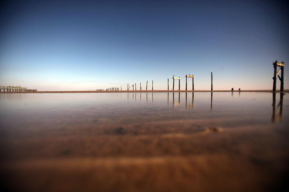 8. USA, Waveland, 16 kwietnia 2011: Fragment przystani rozebranej podczas oczyszczania tego akwenu z ropy. Mario Tama/Getty Images/AFP