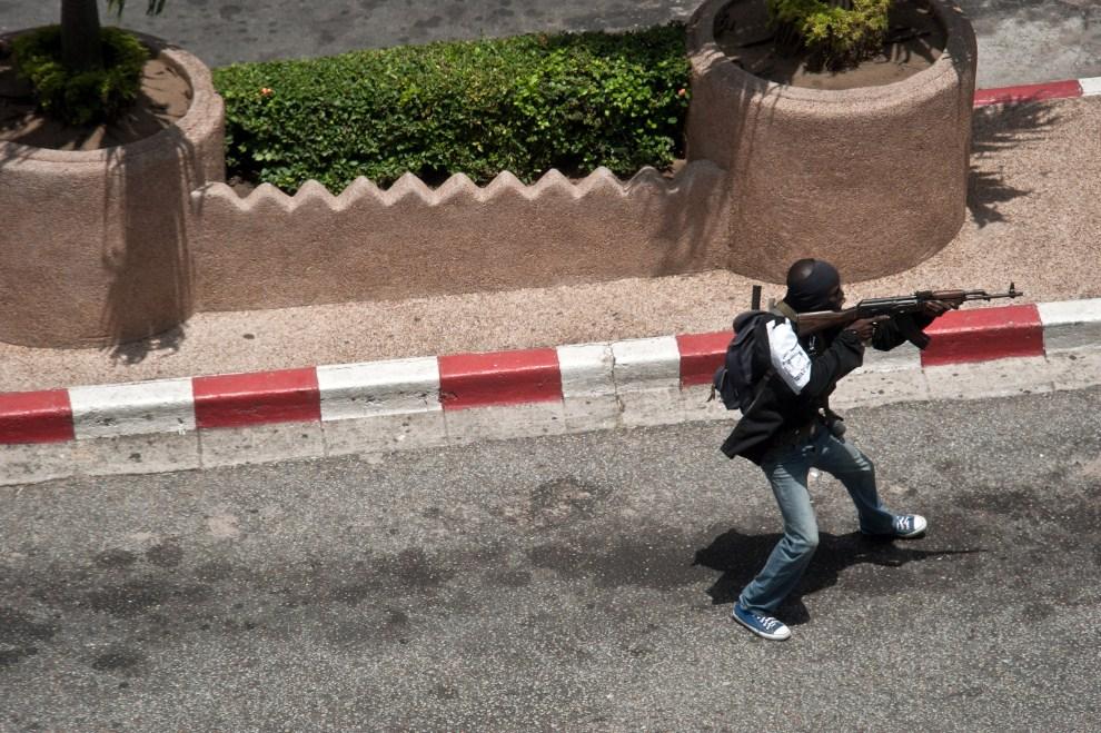 8. WYBRZEŻE KOŚCI SŁONIOWEJ, Abidżan, 31 marca 2011: Zwolennik Laurenta Gbagbo ostrzeliwuje pozycje oddziałów prezydenta Alassane Ouattara. AFP/ JEAN-PHILIPPE KSIAZEK