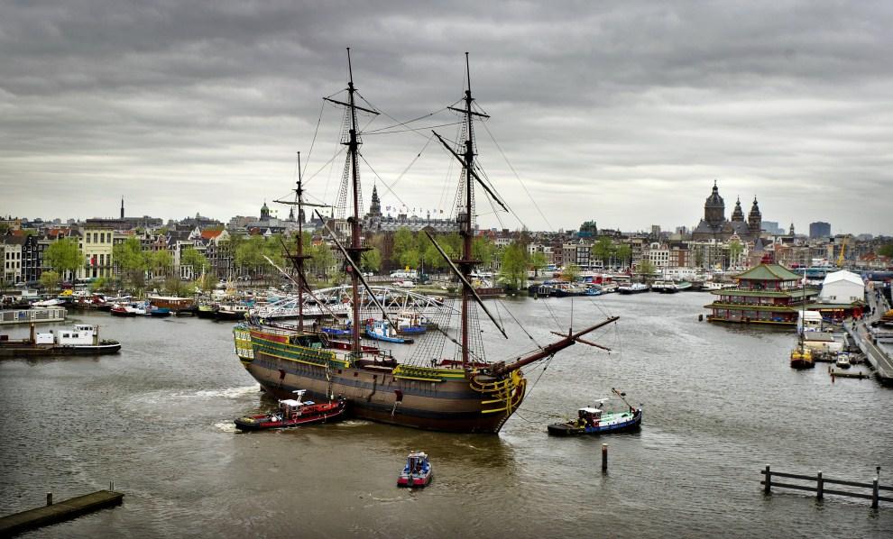 8. HOLANDIA, Amsterdam, 5 kwietnia 2011: Replika XVIII w. statku towarowego VOC Amsterdam holowana do Zaandam. AFP PHOTO/ANP/KOEN VAN WEEL
