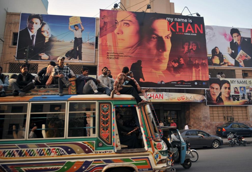 9. PAKISTAN, Karaczi, 12 lutego 2010: Ruch uliczny przed kinem w Karaczi. AFP PHOTO/ RIZWAN TABASSUM