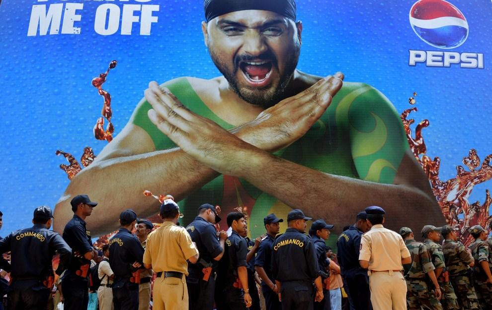 9. INDIE, Bombaj, 1 kwietnia 2011: Funkcjonariusze służb bezpieczeństwa przed wejściem na stadion w Bombaju. AFP PHOTO/MANAN VATSYAYANA