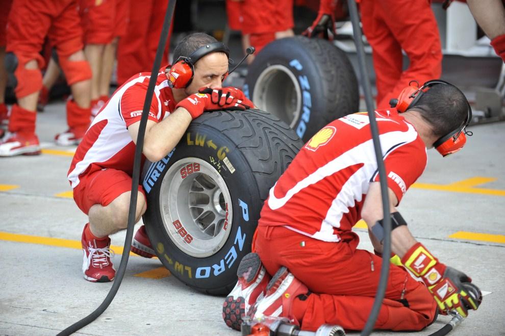 9. MALEZJA, Kuala Lumpur, 8 kwietnia 2011: Mechanicy zespołu Ferrari czekają na bolid w alei serwisowej. AFP PHOTO / ROMEO GACAD