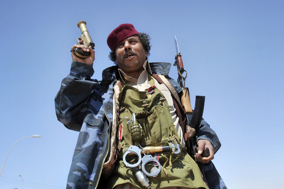 9. LIBIA, Adżdabija, 25 marca 2011: Libański rebeliant pozuje dla fotoreporterów. AFP PHOTO / ARIS MESSINIS