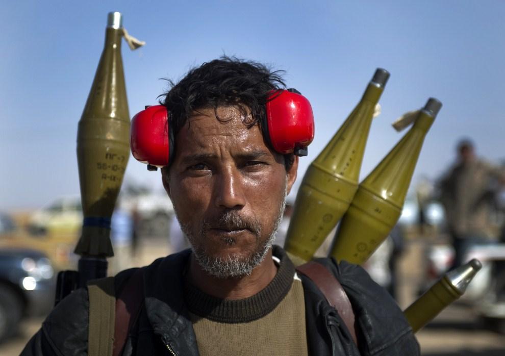9. LIBIA, Adżdabija, 14 kwietnia 2011: Libijski rebeliant po zakończonej bitwie z oddziałami lojalistów. AFP PHOTO / ODD ANDERSEN