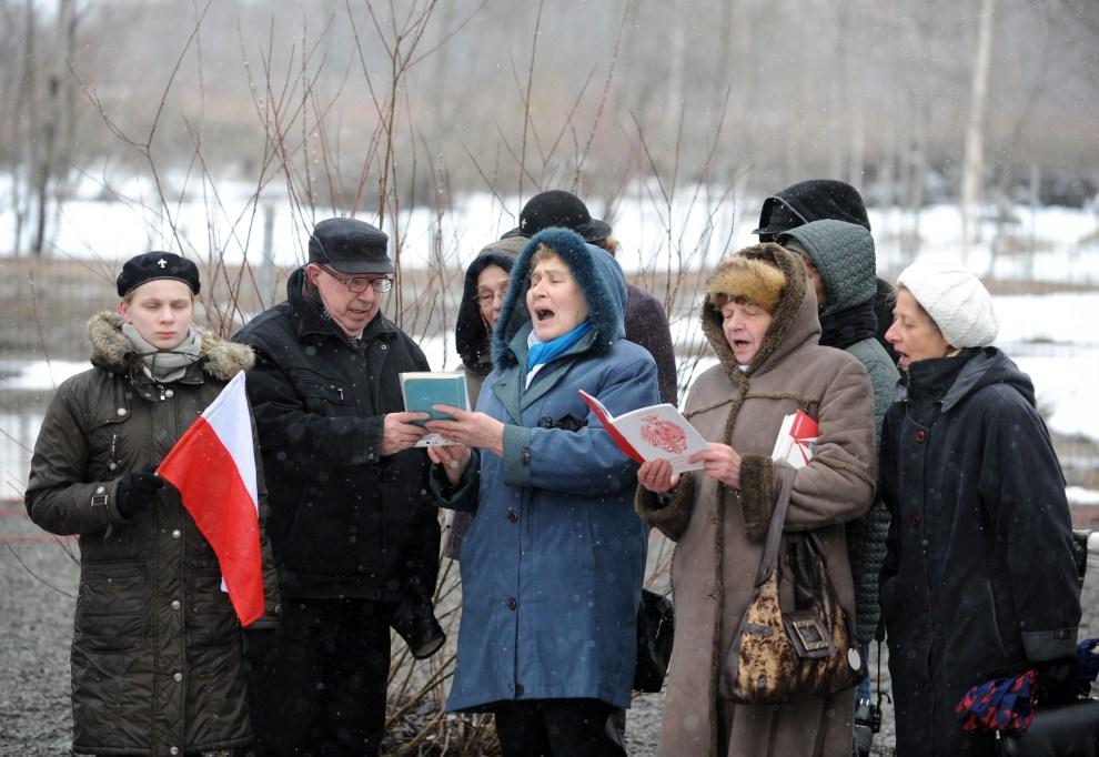 9. ROSJA, Smoleńsk, 10 kwietnia 2011: Ludzie zebrani w pobliżu miejsca wypadku w rocznicę tragicznych wydarzeń. AFP PHOTO / NATALIA KOLESNIKOVA