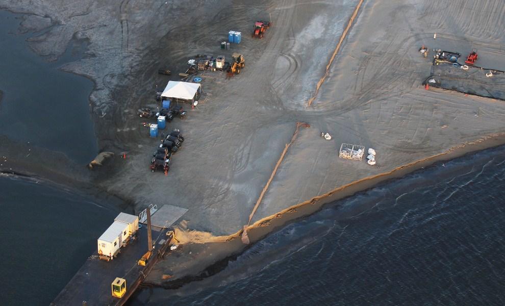 9. USA, Barataria Bay, 13 kwietnia 2011: Sztuczny wał plażowy usypany w celu odseparowania plamy ropy unoszącej się na wodzie. (Foto: Mario Tama/Getty Images)