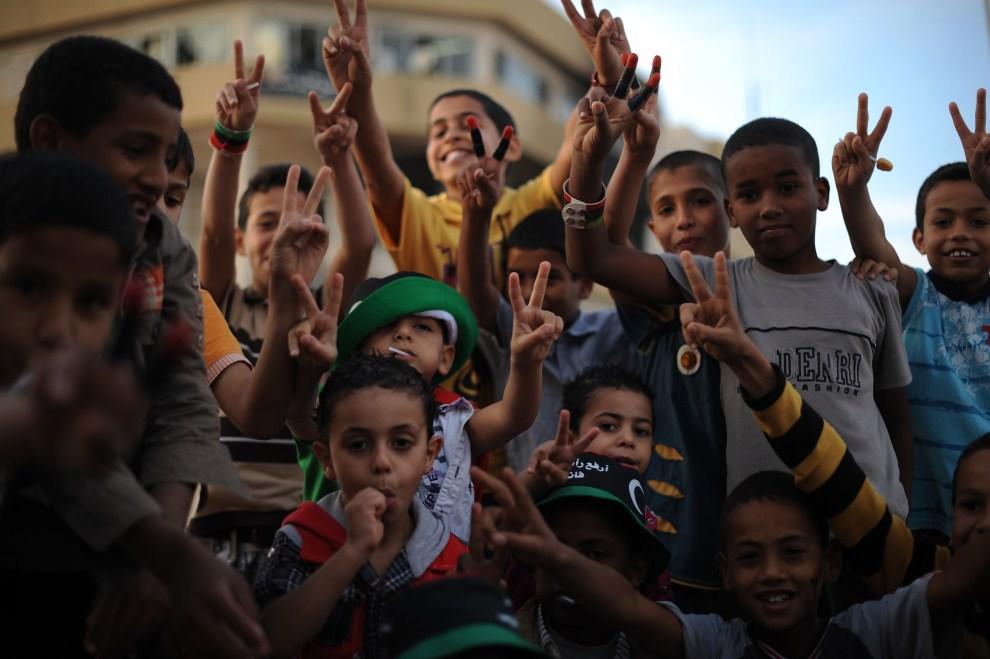 10. LIBIA, Adżdabija, 26 maja 2011: Dzieci w miejscu, gdzie przebiegała linia walk między rebeliantami a oddziałami dyktatora. AFP PHOTO/ Saeed KHAN