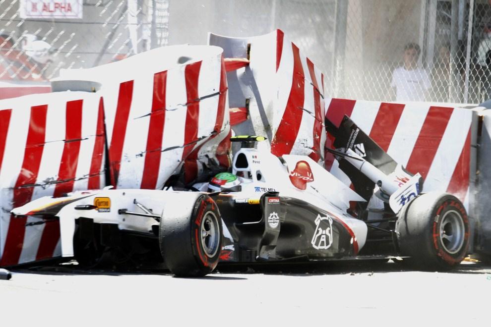 10. MONAKO, 28 maja 2011: Bolid Sergio Pereza (Sauber)  po uderzeniu w barierę ochronną. AFP PHOTO / Liubomir Asenov
