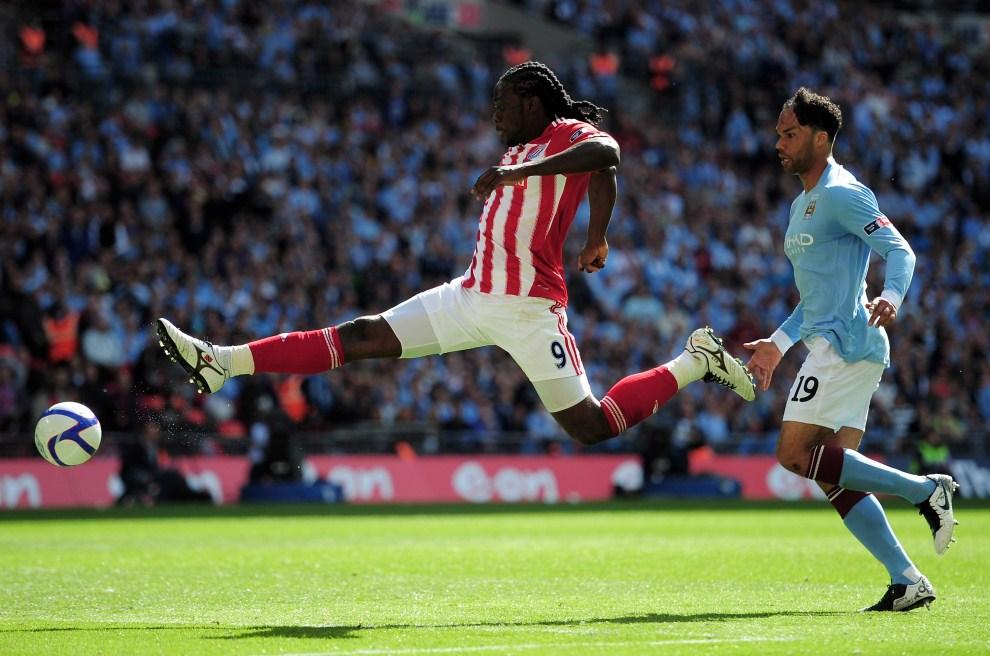 10. WIELKA BRYTANIA, Londyn, 14 maja 2011: Kenwyne Jones (Stoke City) stara się sięgnąć piłki w meczu z Manchesterem City. (Foto: Shaun Botterill/Getty Images)