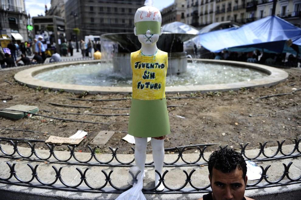 """11. HISZPANIA, Madryt, 18 maja 2011: Kukła z napisem """"Młodzi bez przyszłości"""". AFP PHOTO / PIERRE-PHILIPPE MARCOU"""