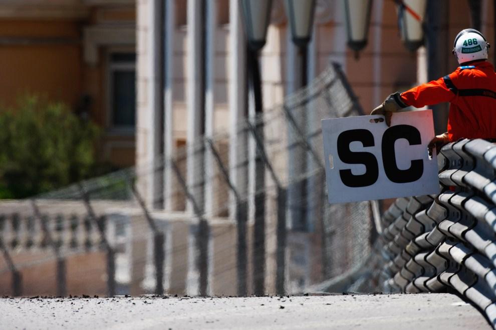 11. MONAKO, 29 maja 2011: Komunikat informujący o wyjechaniu na tor samochodu bezpieczeństwa. (Foto: Mark Thompson/Getty Images)