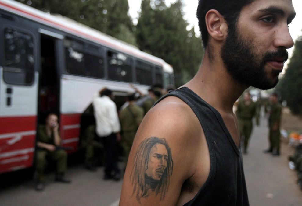 12. IZRAEL, granica z Libanem, 16 sierpnia 2006: Izraelski żołnierz z wizerunkiem Boba Marleya wytatuowanym na ręce. AFP PHOTO/DENIS SINYAKOV