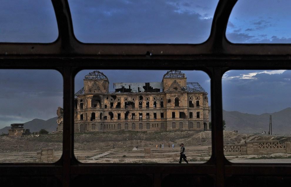 12. AFGANISTAN, Kabul, 7 maja 2011:  Zniszczony pałac Darul Aman  - była siedziba króla Amanullaha (1920-1929). AFP PHOTO / Massoud HOSSAINI