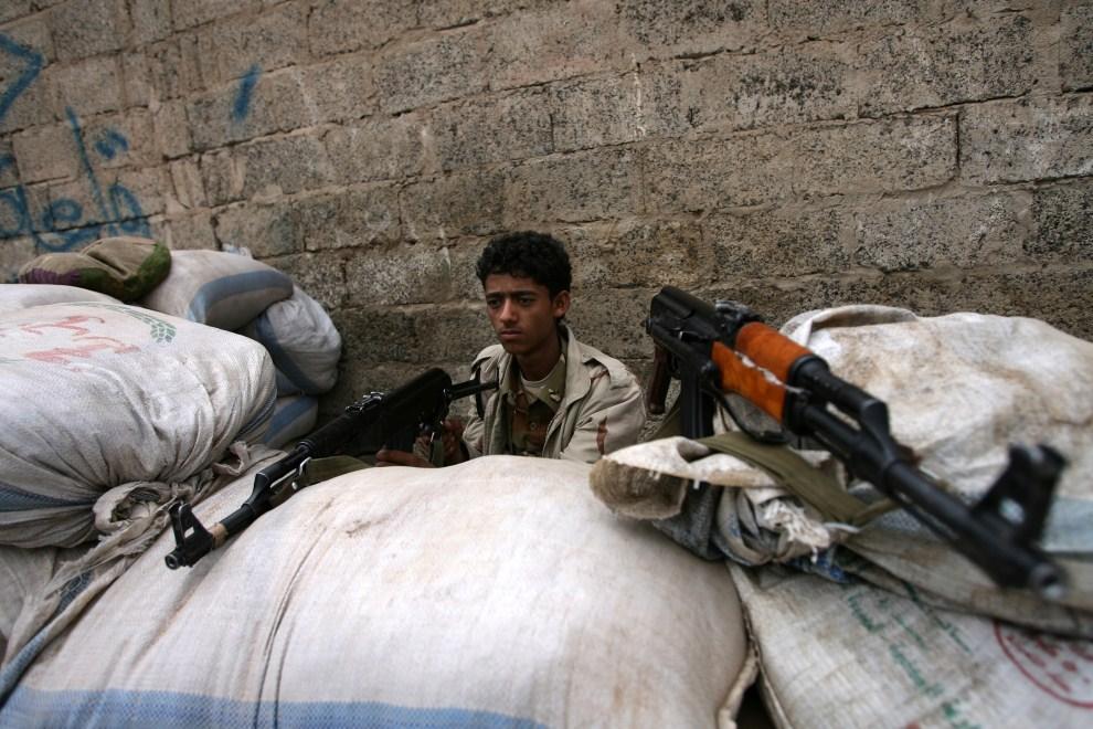 12. JEMEN, Sanaa, 25 maja 2011: Jemeński żołnierz na posterunku w pobliżu protestujących opozycjonistów. AFP PHOTO/ MOHAMMED HUWAIS