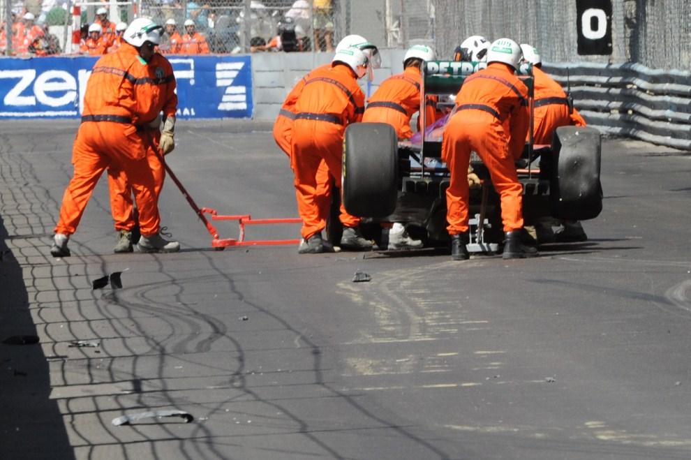 12. MONAKO, 28 maja 2011: Rozbity bolid Nico Rosberga (Mercedes) usuwany z toru. AFP PHOTO / Tom Gandolfini