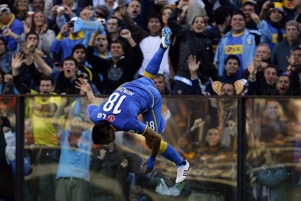 13. ARGENTYNA, Buenos Aires, 15 maja 2011: Fabian Monzon  z Boca Juniors cieszy się ze zdobytej bramki. AFP PHOTO / Maxi Failla