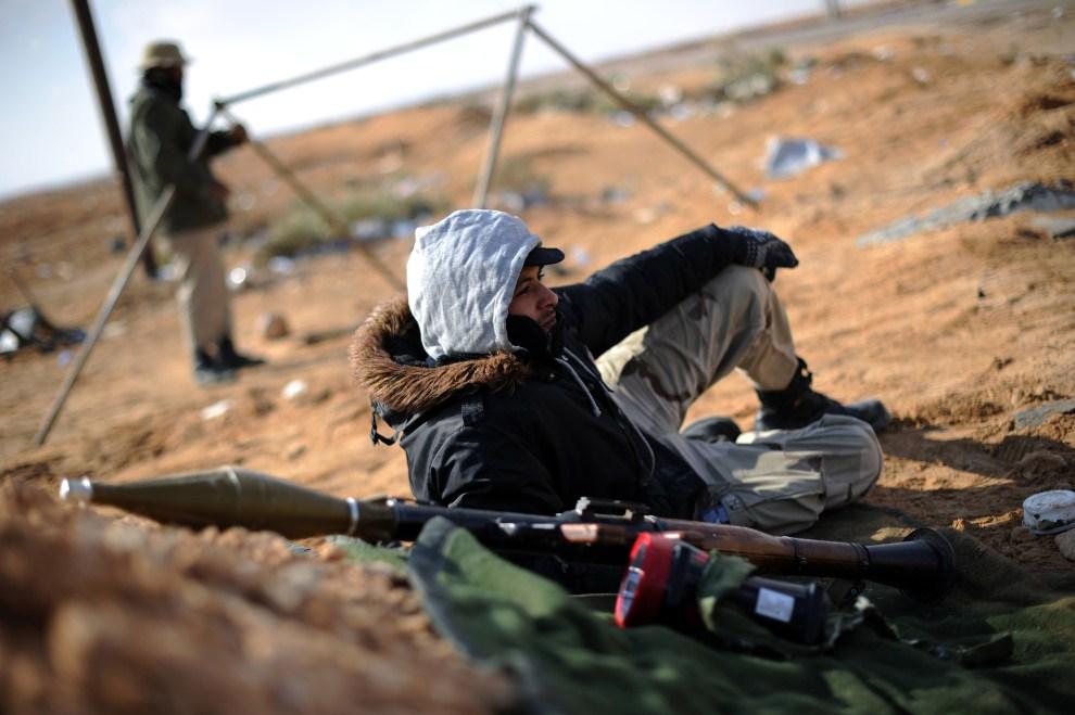 13. LIBIA, Adżdabija, 12 maja 2011: Libijski rebeliant odpoczywa na punkcie kontrolnym. AFP PHOTO/SAEED KHAN