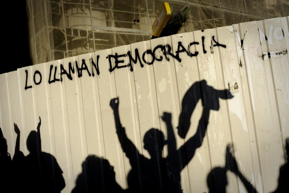 13. HISZPANIA, Madryt, 15 maja 2011: Cienie uczestników protestów w centrum Madrytu. AFP PHOTO / PEDRO ARMESTRE
