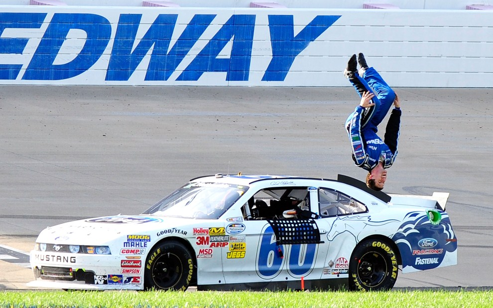 13. USA, Lebanon, 23 kwietnia 2011: Carl Edwards (Ford Drive one Ford) cieszy się ze zwycięstwa w wyścigu serii NASCAR. (Foto: Grant Halverson/Getty Images for NASCAR)