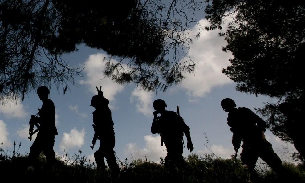 14. ZACHODNI BRZEG, Jenin, 30 kwietnia 2011: Palestyński patrol na przedmieściach Jeninu. AFP PHOTO/SAIF DAHLAH