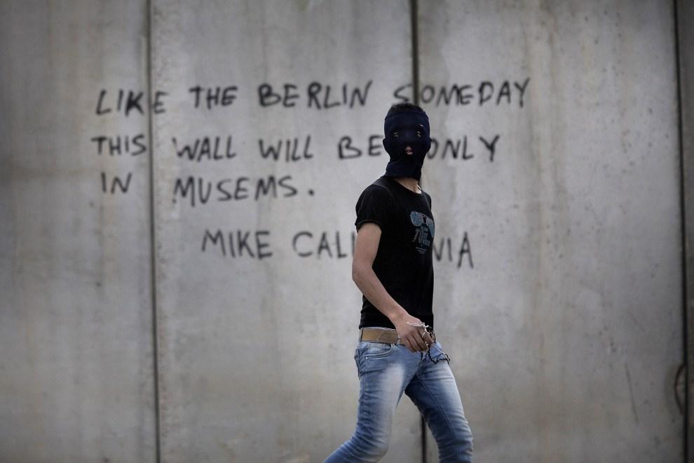14. ZACHDONI BRZEG, Anata, 15 maja 2011: Zamaskowany Palestyńczyk na tle muru granicznego. AFP PHOTO / MARCO LONGARI
