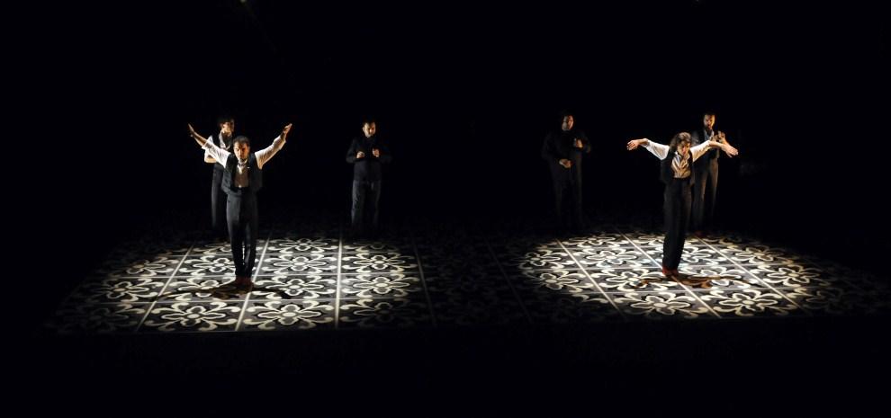 "14. HISZPANIA, Sewilla, 6 października 2008: Tancerze z grupy  ""Rafaela Carrasco company"". AFP PHOTO/ CRISTINA QUICLER"